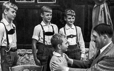 Deti, ktoré vyrastali s Hitlerom. Nemohli byť ani trošku špinavé a nacistický diktátor ich nazýval svojimi krásnymi árijskými bytosťami