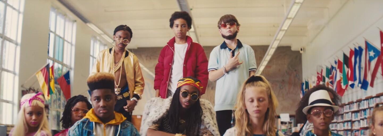 Detské verzie 2 Chainza, Drakea a Quava robia bordel v škole a tancujú so spolužiačkami