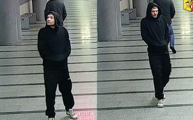 Devadesátiletou seniorku napadl muž v metru poté, co si k němu chtěla přisednout