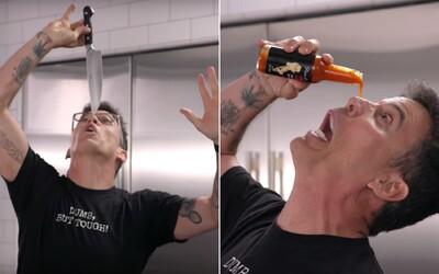 Steve-O si vylieva extra pálivú omáčku do očí v kuchyni Gordona Ramsayho. Riskuje život s nožom na tvári.