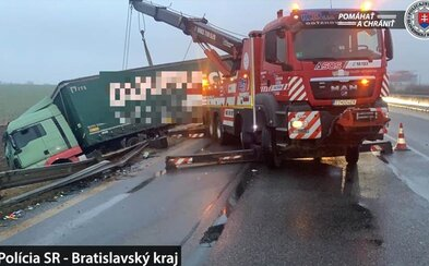 Diaľnicu D1 v smere do Bratislavy kvôli nehode uzatvoria. Cesty na Slovensku zasiahla poľadovica