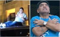 Diego Maradona opäť vyvádzal, fanúšikom na ulici začal ukazovať svoje bradavky