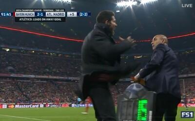 Diego Simeone zahodil loptu a ihneď na to udrel svojho asistenta stojaceho pri čiare