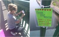 Dievča bojuje proti samovraždám pomocou povzbudzujúcich odkazov na moste. Podarilo sa jej zachrániť už šesť životov