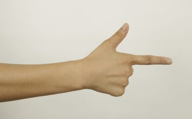 Dievča v škole naznačovalo gesto zbrane a mierilo na spolužiakov. Teraz čelí obvineniu z trestného činu