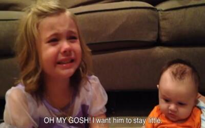 Dievčatku sa zrútil svet, keď zistila, že jej braček nemôže zostať maličkým navždy