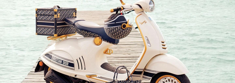 Dior a Vespa představují skútr s ikonickým monogramem. Jde o zatím nejlepší spolupráci v tomto roce?