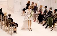 Divadelné bábky vystriedali na móle modelky počas najnovšej prehliadky značky Moschino