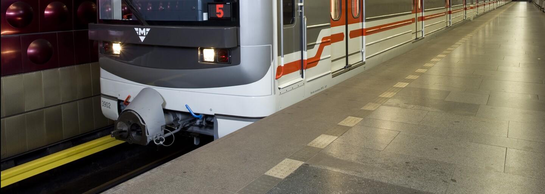 Dívky si kvůli splnění výzvy stoply metro v Praze, řidič jim umožnil řídit vlak. Teď všechny vyšetřuje policie