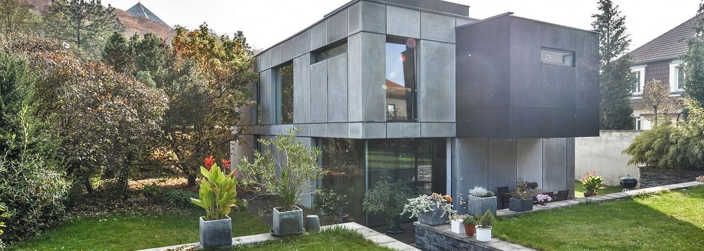 Dizajnová moderna, priestranná záhrada a stromy v pozadí. Pražská nehnuteľnosť v hodnote 1,4 milióna eur spĺňa všetky požiadavky