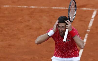 Djoković zorganizoval turnaj, kde se již dva tenisté nakazili nemocí Covid-19. Malá párty nikdy nikoho nezabila, zpíval bez trička
