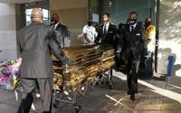Dnes bude soukromý pohřeb George Floyda. Takto se s ním v pondělí loučila veřejnost