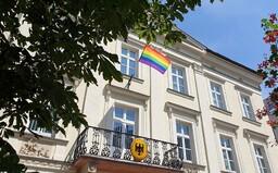 Dnes je medzinárodný deň boja proti homofóbii. Veľvyslanectvá na Slovensku vyvesili dúhové vlajky