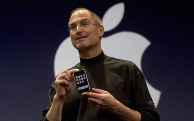 Dnes je to 12 rokov od chvíle, keď Steve Jobs predstavil prvý iPhone. Zmenil svet komunikácie, zábavy, nakupovania aj krásy