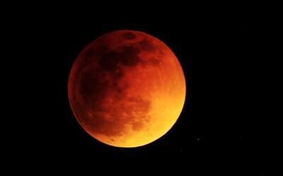 Dnes nás čaká zatmenie Mesiaca, ktorý sa sfarbí do krvavočervených odtieňov