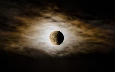 Dnes v noci nás čaká úchvatné nebeské divadlo. Počas zatmenia Mesiaca uvidíš aj Saturn či Jupiter