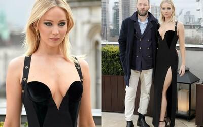 Do Jennifer Lawrence se pustili kvůli příliš sexy a úsporným šatům. Herečka kritiky odrovnala brilantní odpovědí