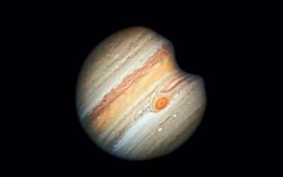 Do Jupitera narazil neznámy objekt, spôsobil výbuch o rozmeroch Zeme