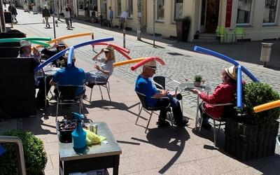 Do kavárny pouze s plováky na hlavě. Německá kavárna vyřešila problém s povinnými rozestupy