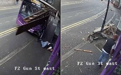 Do muža vrazil autobus a odhodil ho niekoľko metrov. Ten však bez okolkov vstal a pokračoval v ceste do krčmy