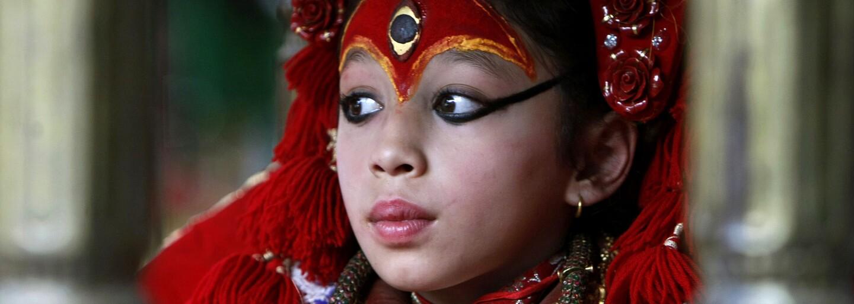 Do nepálskych panien sa pravidelne prevteľuje hinduistická bohyňa a úplne im tak mení ich detstvo