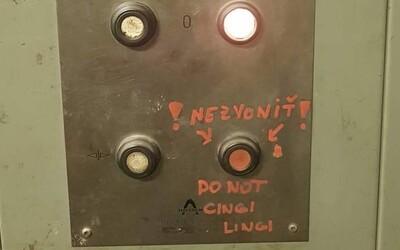 Do not cingi lingi. Nápis na výťahu v slovenskom Slovnafte rozosmial náš internet vďaka kreatívnej angličtine