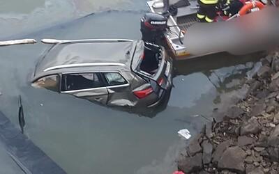 Do Oravskej priehrady spadlo auto z mosta, jeden človek zahynul