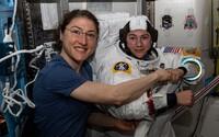 Do otvoreného kozmu vstúpil prvý výhradne ženský tím. Jeho úlohou bude vymeniť regulátor napätia