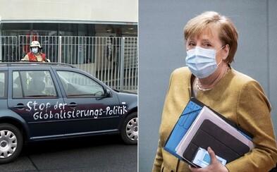 Do sídla Merkelové nabouralo auto. Nápisy na vozidle jsou zřejmě vzkazem pro německou kancléřku