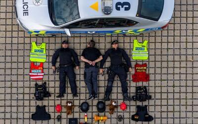 Do Tetris Challenge se zapojila už i česká policie. Zakomponovala fotbalového chuligána, plyšáky i toaletní papír