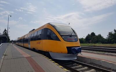 Do vlaku nastúpil cestujúci bez ochranného rúška. Nechcel vystúpiť, zasahovať musela polícia