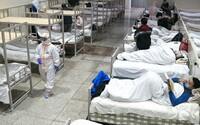 Do Wu-chanu přivezli tisíce uren. Vyvolávají otázky o skutečném počtu obětí koronaviru