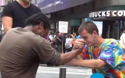 Dobro stále existuje! Bezdomovec vyhral 100 dolárov, ale jeho reakcia ťa prekvapí