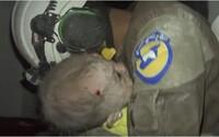 Dobrovolník nedokázal zastavit slzy, když se mu v náručí rozplakalo miminko, o kterém si po bombardování myslel, že zemřelo
