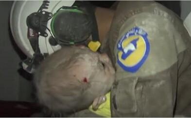 Dobrovoľník nedokázal zastaviť slzy, keď sa mu v náručí rozplakalo bábätko, o ktorom si po bombardovaní myslel, že zomrelo