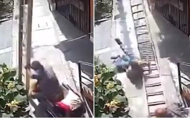 Důchodce úmyslně shodil malíře z žebříku, muž padal 9 metrů