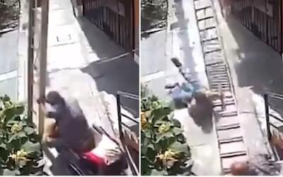 Dôchodca úmyselne zhodil maliara z rebríka. Muž padal 9 metrov