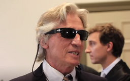Důchodce vykrádal banky, dostal za to 12 let. U soudu četl ve slunečních brýlích závěrečnou řeč, která trvala až 5 dní