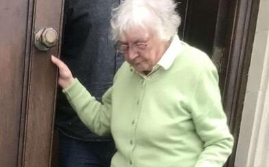 """Dôchodkyňa """"mučila"""" svojich susedov: Vytrénovala si papagája, aby nahlas spieval operu, dokonca im na dvere hádzala fekálie"""