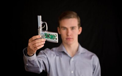 Dočkáme sa zbraní na heslo? Mladý Američan chce zvýšiť bezpečnosť pri ich neoprávnenom používaní