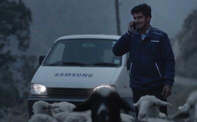 Dojímavá reklama na Samsung dohnala ľudí k slzám. Pre spokojnosť zákazníka sa zamestnanci prederú aj cez ten najhorší terén