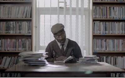 Dojímavá reklama na whisky o mužovi, ktorý sa učí čítať