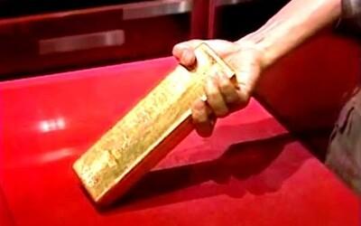 Dokázal bys vyndat 12kilogramovou zlatou cihličku z vitríny jen se 7 milimetry prostoru? Japonská zábavná show lidi mimořádně vyhecovala