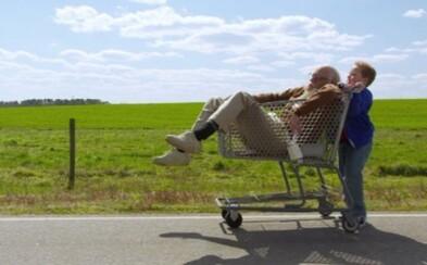 Dokázal Knoxville ako Bad Grandpa vystúpiť z tieňa Jackass a vytvoriť skvelú komédiu? (Recenzia)
