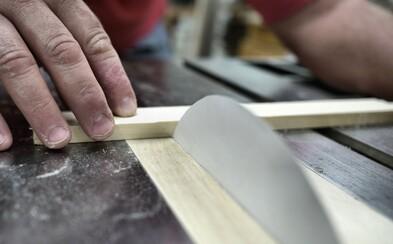 Dokázal kúsok papiera v stolnej píle prerezať aj drevo? Šlo to veľmi pomaly, ale nakoniec sa to podarilo
