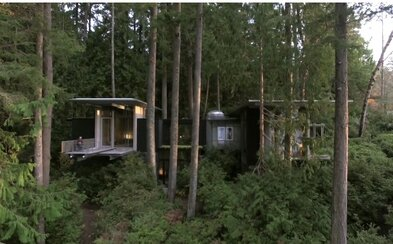 Dokonalý domček na strome od známeho architekta, kde by si víkend vedel predstaviť každý z nás
