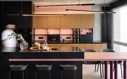 Dokonalý súlad farieb, moderný dizajn a praktické riešenia zdobia 2-podlažný apartmán pre mladú rodinu v Kyjeve