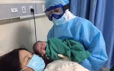 Doktori v Číne odrodili matku s podozrením na nákazu koronavírusom