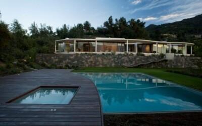 Dom nasledujúci prírodné krivky okolitej krajiny
