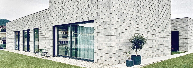 Dům zahalený do betonových tvárnic, jehož rodinná atmosféra ve vnitrobloku tě chytí za srdce